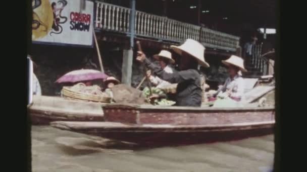 Thailandia, Bangkok, maggio 1978. Due sequenza di inquadrature da una barca itinerante con impressioni di numerosi venditori ambulanti di cibo nel galleggiante Damnoen affollate contrassegnata