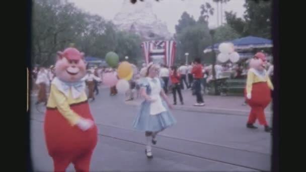 USA, Kalifornie, Los Angeles, červen 1978. Pět výstřel sekvence. Alice, zábava tanec v denní sestavě oslava 50 narozenin Mickey Mouse