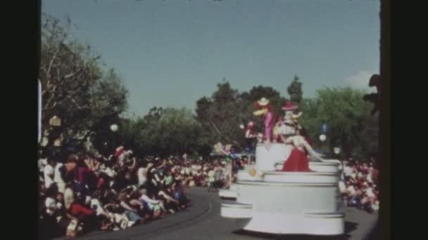 USA, Kalifornie, Los Angeles, červen 1978. Dva Shot sekvence. Denní sestava oslava 50 narozenin Mickey Mouse s různými postavami Disney pochodování na plováky