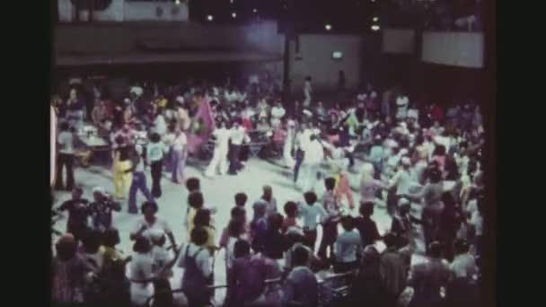 Brazílie, Rio De Janeiro, v březnu 1976. Zavedení Shot barevné nadšeným davem tance Samba v klubu veřejné venkovní terasa
