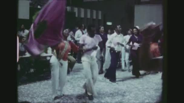 Brazílie, Rio De Janeiro, v březnu 1976. Brazilský pár mává vlajkou velké a divoce tančí Samba společně v rušné Open Air klubu