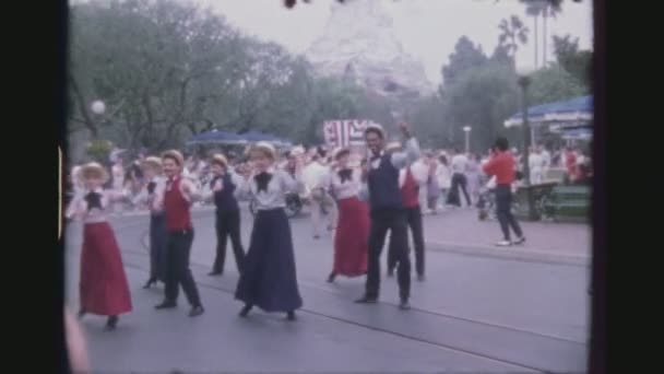 USA, Kalifornie, Los Angeles, červen 1978. Čtyři Shot sekvence. Tanečníci na denní Lineup na oslavu 50 narozenin Mickey Mouse Disney korze elektrické průvodu