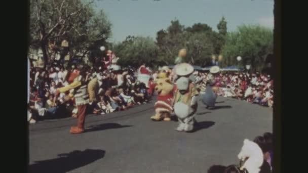 USA, Kalifornie, Los Angeles, červen 1978. Čtyři Shot sekvence. Denní sestava oslava 50 narozenin Mickey Mouse. Mnoho slavných Disney znaky pochodování a tanec