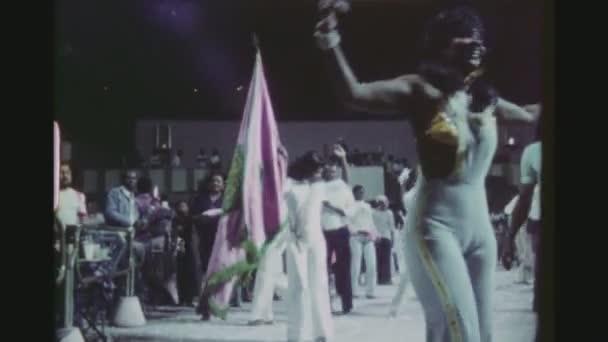 Brazílie, Rio De Janeiro, v březnu 1976. Mladá brazilská žena Flagbearer tance Samba mimo jiné obratný tanečnice v klubu veřejné venkovní terasa