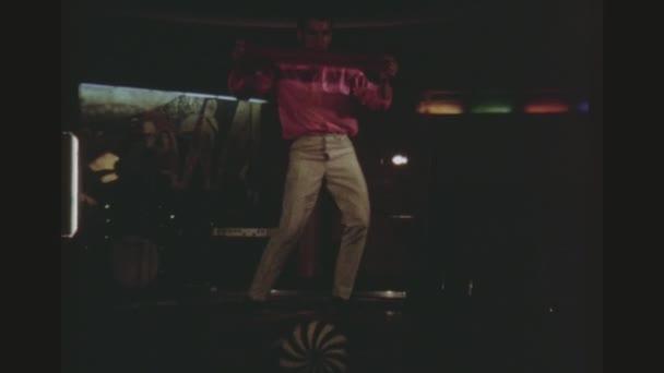 Karibik, květen 1971. Dva Shot sekvence mužského Acrobat balancování a dvě ženy v ruské tradiční oblečení, tanec na jevišti na ruském výletní parník Taras Ševčenko