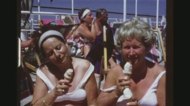7cbc0ddc9caf Caribe, mayo de 1971. Dos más viejas mujeres en trajes de baño blanco  comiendo helado en la terraza del ruso crucero Liner Taras Shevchenko.