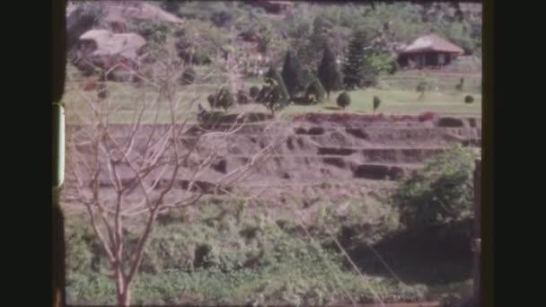 Thajsko, Mae Sa Valley, prosinec 1983. Turisté zavazadla se zajel řeka na lanovka