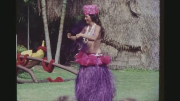 usa, hawaii, honolulu april 1977. drei schusssequenzen lächelnder weiblicher hula-tänzerinnen in farbenfrohen traditionellen kodak-hula-shows.