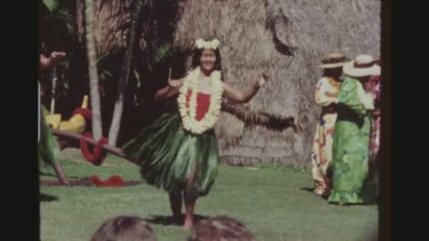usa, hawaii, honolulu april 1977. junge weibliche Hula-Tänzerin mit traditionellem Ti-Blatt-Rock und Blumenleis, die bei der Kodak-Hula-Show mit einem breiten Lächeln auftritt.