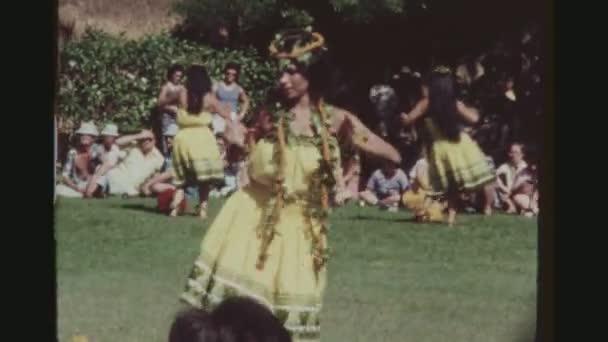 usa, hawaii, honolulu april 1977. weibliche hula-tänzerin, die traditionell in einem gelben outfit auftritt bei der weltberühmten kodak hula show.