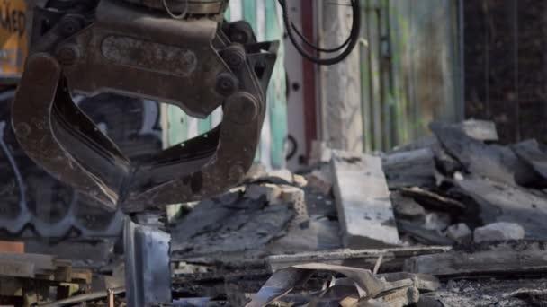 Rypadlo dřevo drapákem Crawler Truck blízko se třídění materiálů na staveništi