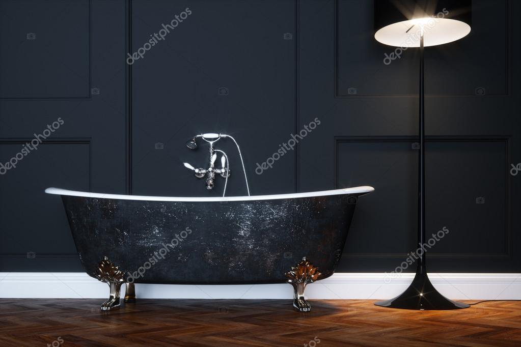 Vintage zwarte badkuip met zilveren poten in antieke interieur met