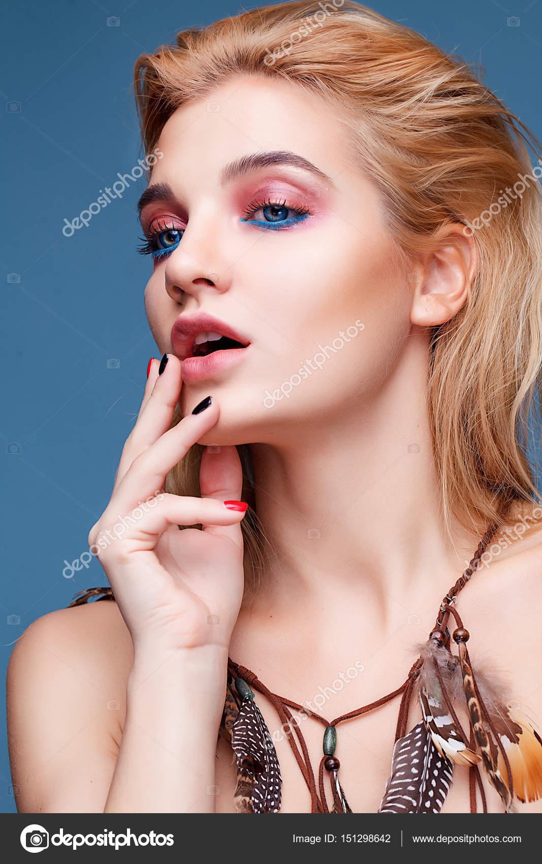 Bella donna bionda con capelli pelle pulita e lond. Viso cura della pelle.  Concetto di cosmesi e trucco — Foto di ... 0e217d84e6e5
