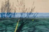 Tenisový míček letí ve vzduchu.