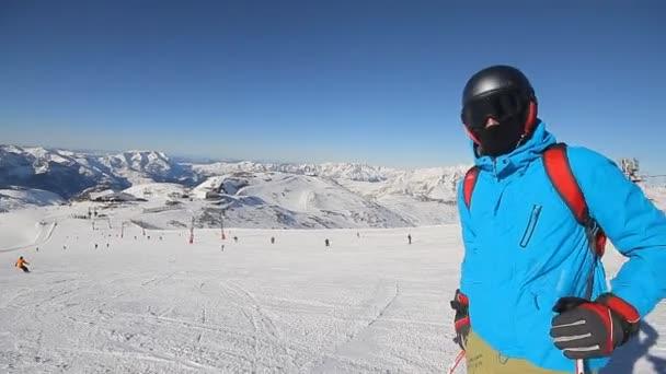 Sjezdařka lyžování krátké houpačky na sjezdovce na slunný zimní den