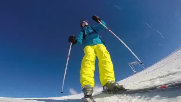 Lyžař dotýká sněhu s rukou, slowmotion