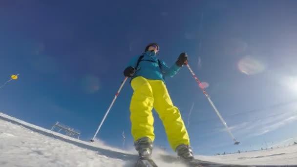 Skifahrer berührt Schnee mit der Hand, Zeitlupe