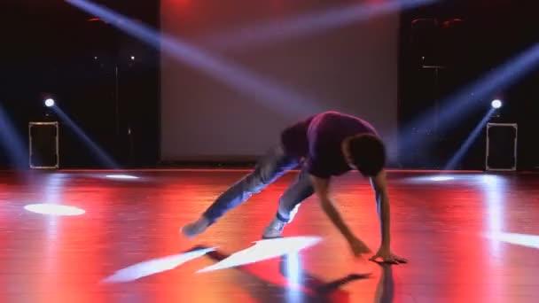 Hip-hop táncos táncol a színpadon klub