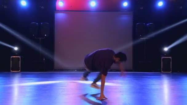 Hip-Hop-Tänzerin tanzt auf der Bühne im Club