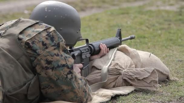 Bosnyák katona lőni egy géppuska a sokszög