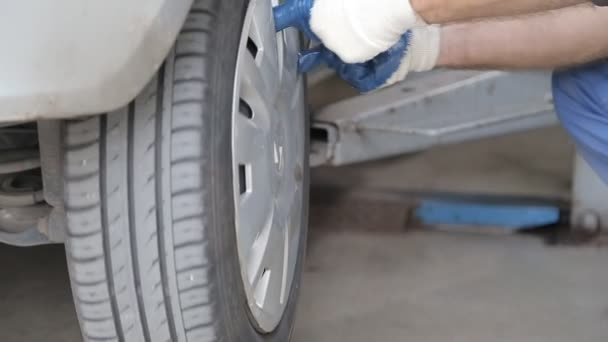 Autó szerelő unscrews kerék-gumiabroncs módosítása