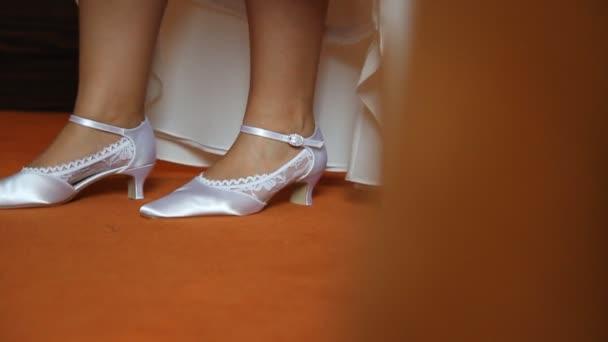 Bílé svatební boty pro nevěstu