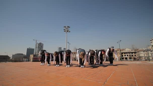 Hip Hop tanečnice tančí na ulici