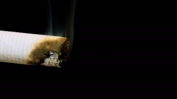 makro pohled na hořící cigaretový kouř na černém pozadí