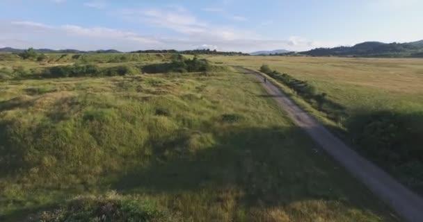 Letecké z motorkář jezdí na motorce na staré cestě