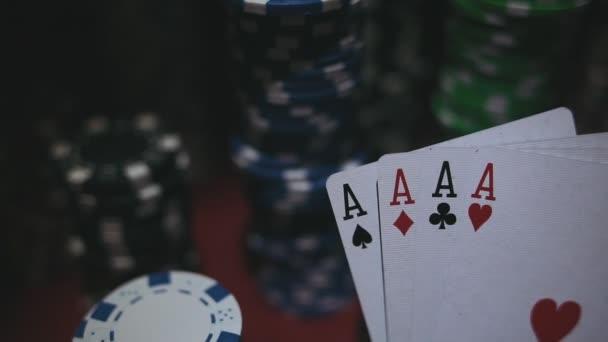 Quattro assi su Poker Chips. Tavolo da poker con fiches di Casino