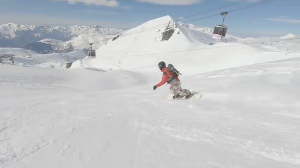 Snowboarder zeigen Tricks auf Skipiste