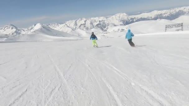 Dvě alpské lyžaře rychle na horském svahu