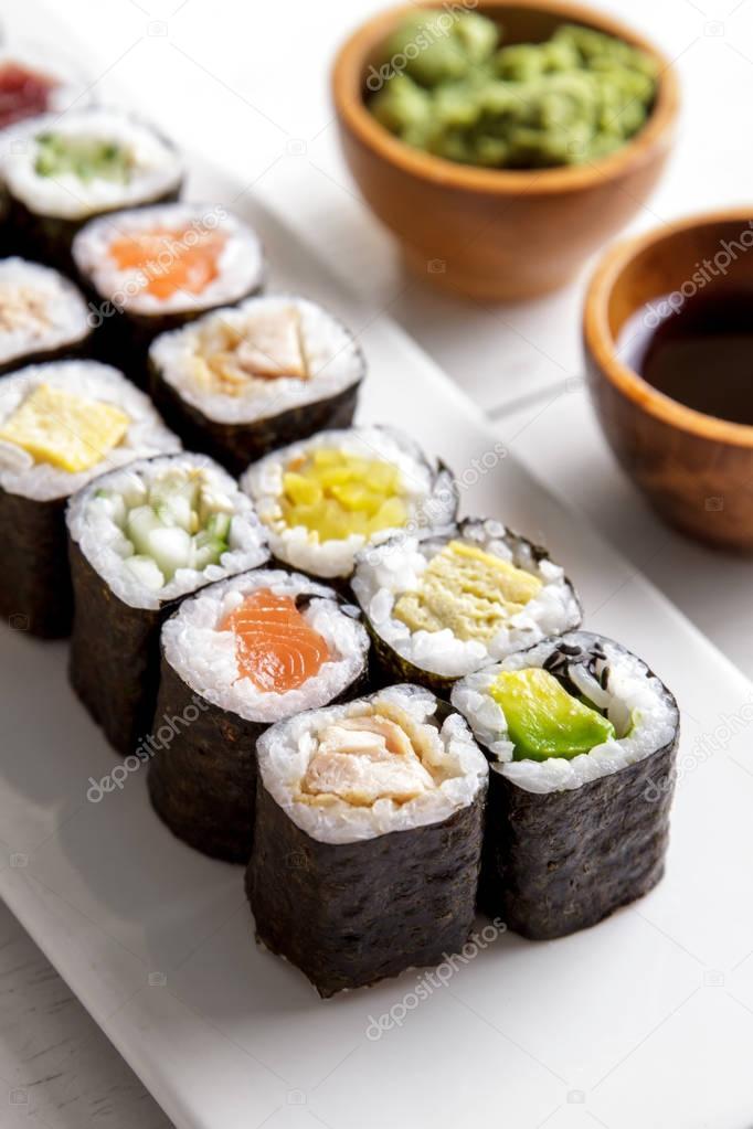 Bandeja de sushi comida japonesa maki mini mesa de madeira branca stock photo odua 129610912 - Bandejas para sushi ...