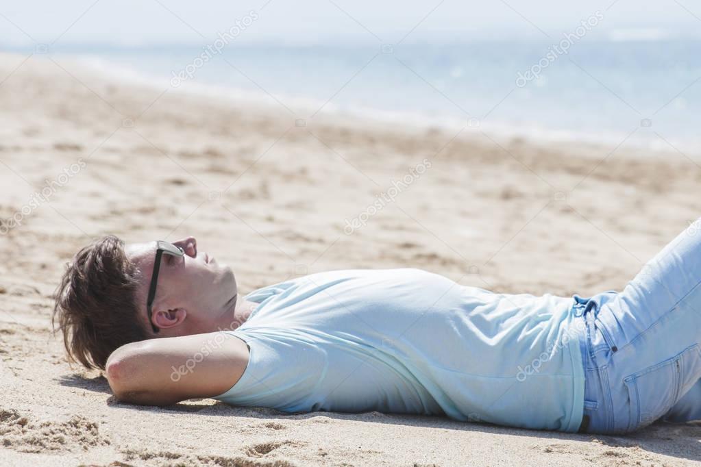 Resultado de imagem para homem deitado na areia