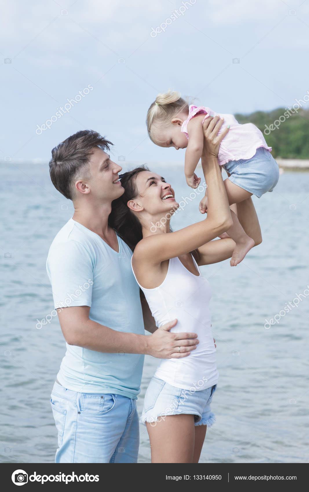 mignonne petite fille avec ses parents belles la plage photographie odua 133140950. Black Bedroom Furniture Sets. Home Design Ideas
