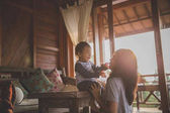 Fotografia giocando con la figlia di madre