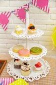 Fényképek mini torta és a fánk, gyermek birthday party beállítása