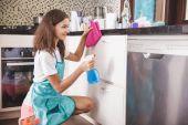 Lächelnde Frau Reinigung Geschirr