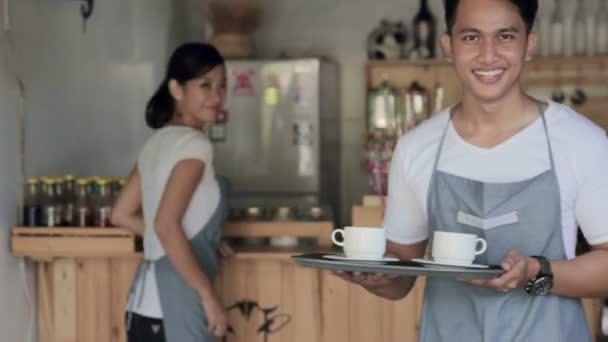 Cafe-Mitarbeiter bei der Arbeit