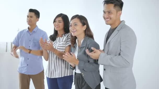 Gruppe junger Geschäftsleute applaudiert