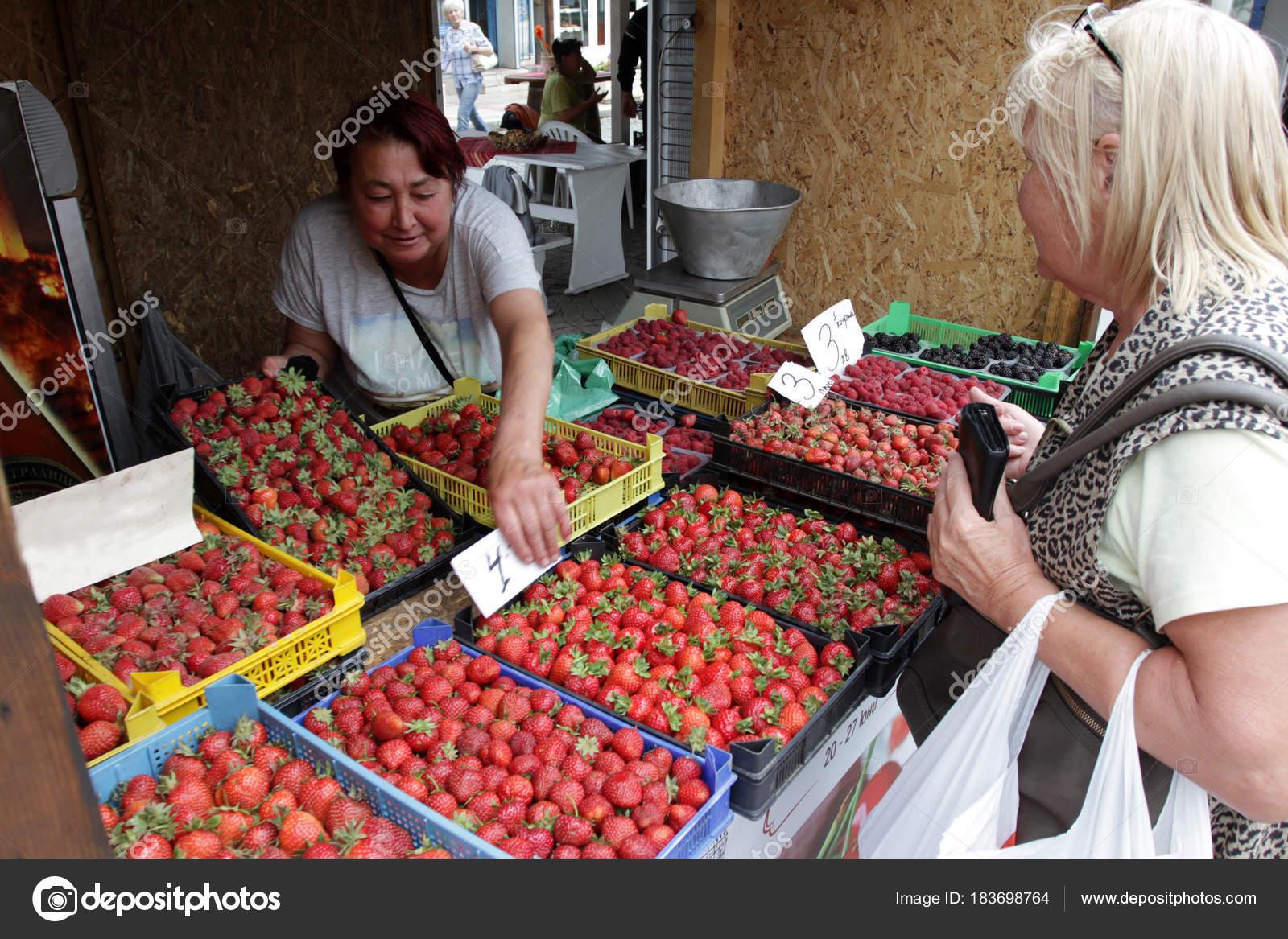 People Buy Strawberries Berries Farmers Organic Fruit Market