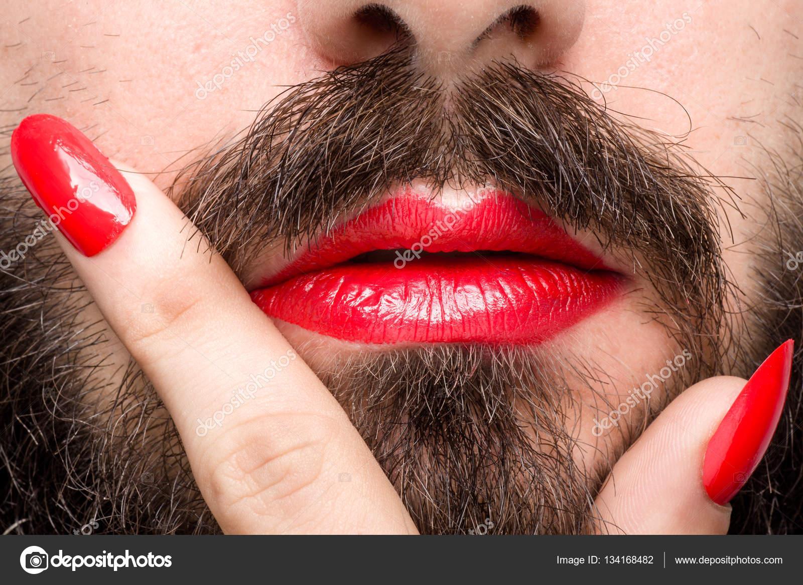 Hombre con lápiz labial y esmalte de uñas — Foto de stock ...