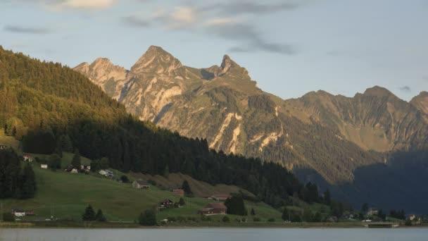 Čas zapadajícího slunce u jezera Sihlsee se slunečním světlem na švýcarských horách, poblíž Einsiedeln, Švýcarsko