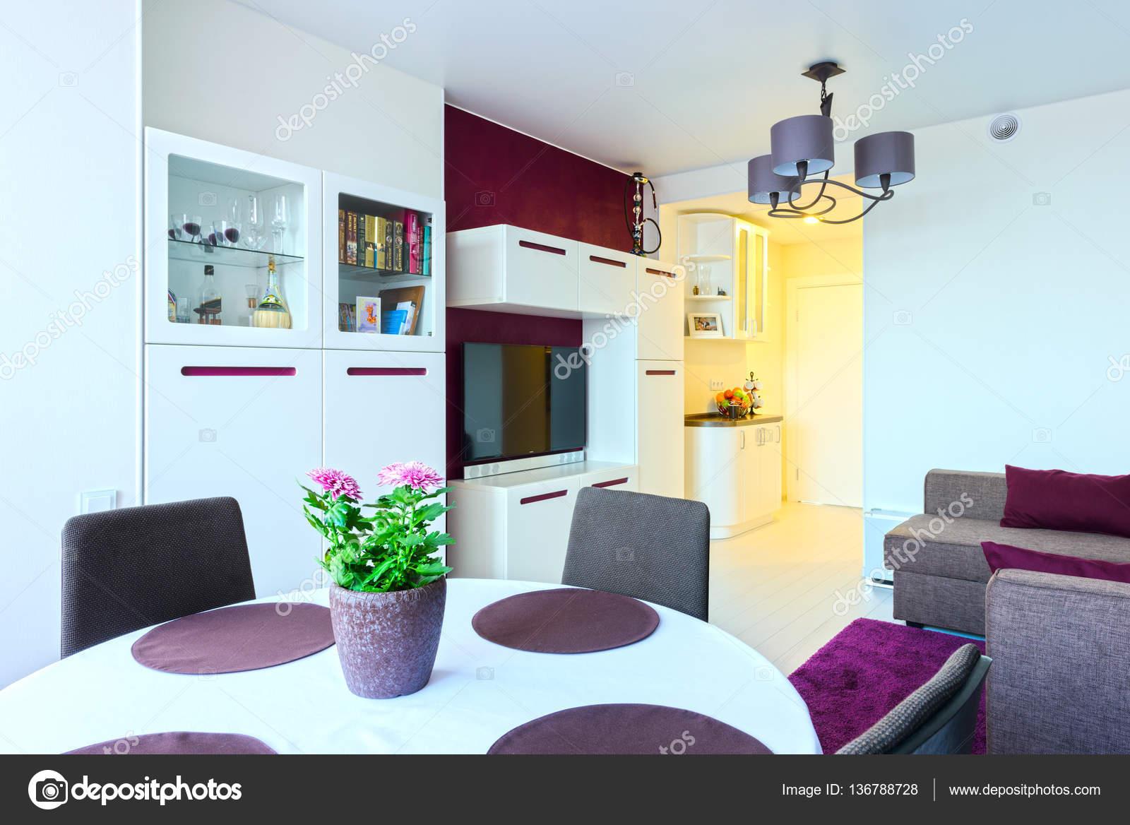 Sala da pranzo nei colori luminosi in stile moderno — Foto Stock ...