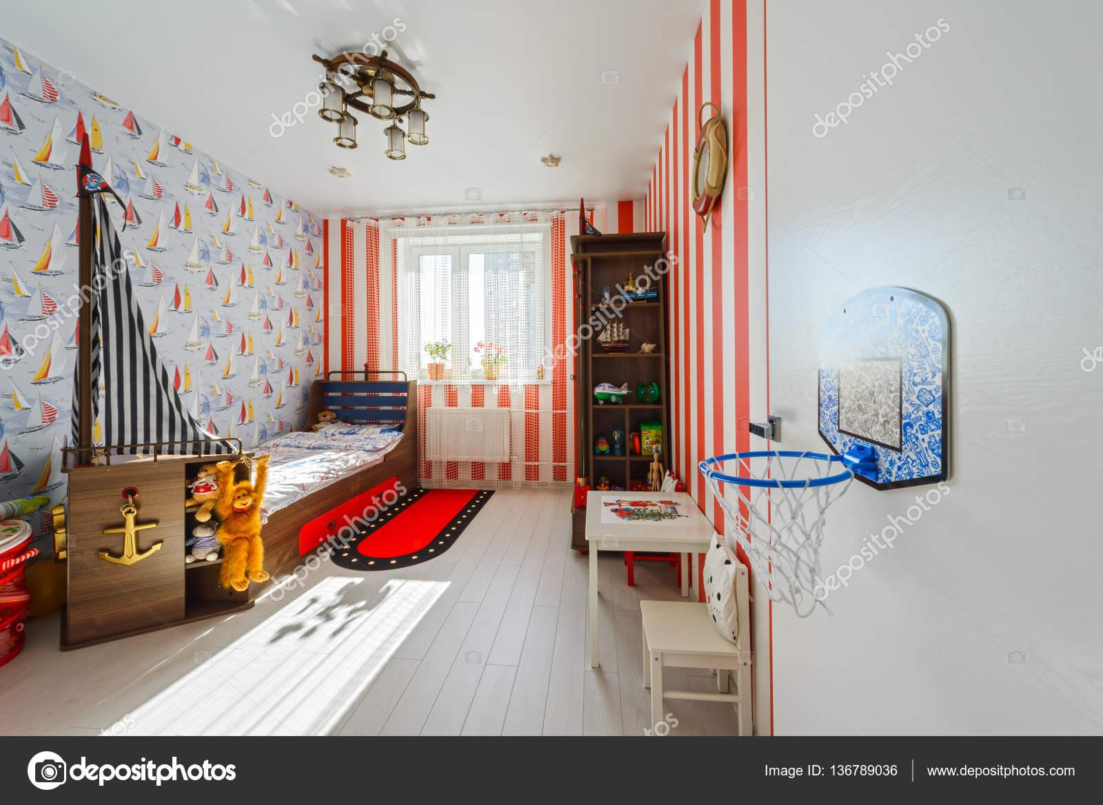 Fragment interieur van moderne kinderkamer met rode meubels en