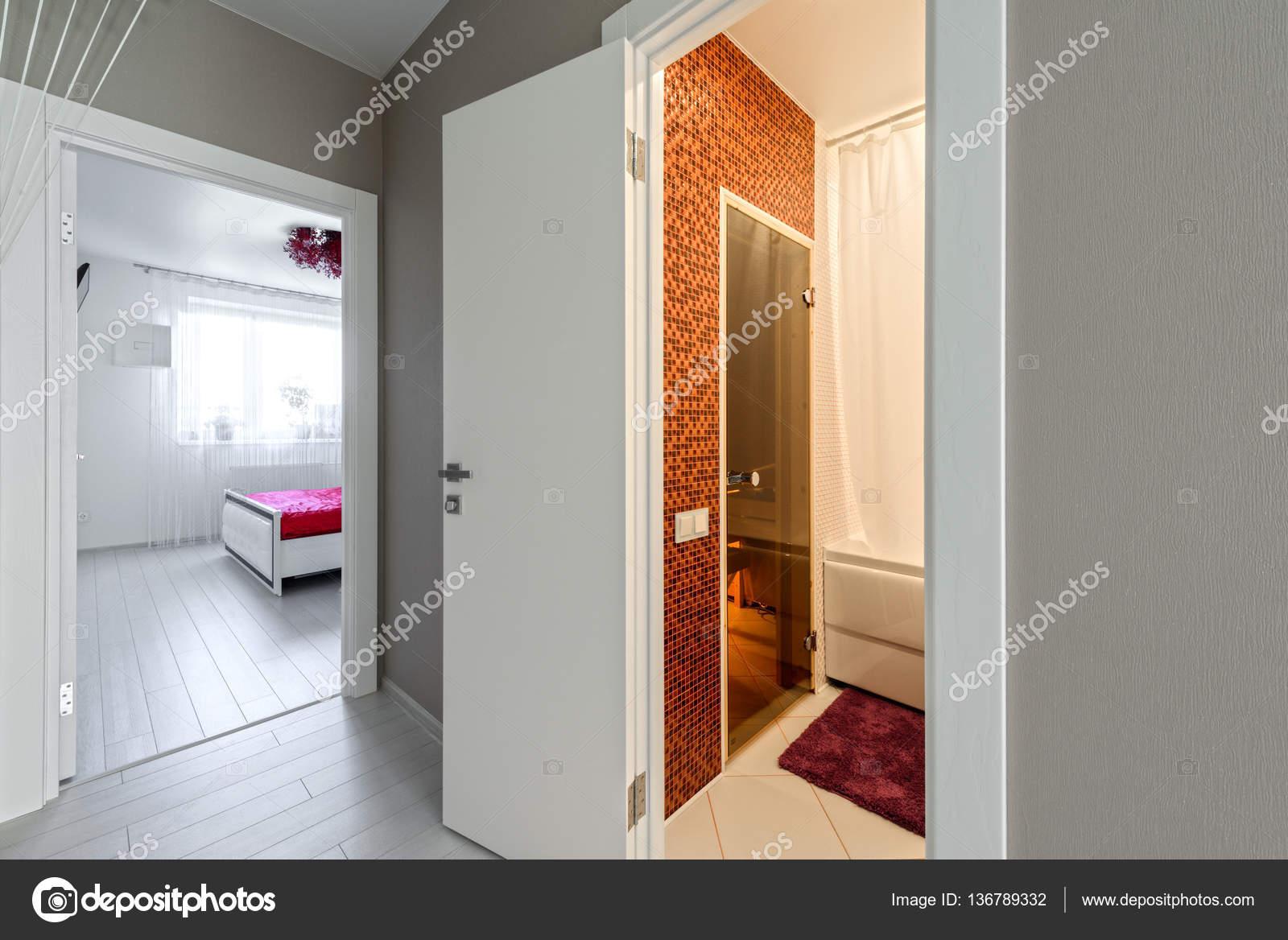 Interieur gang modern appartement met uitzicht op de badkamer en