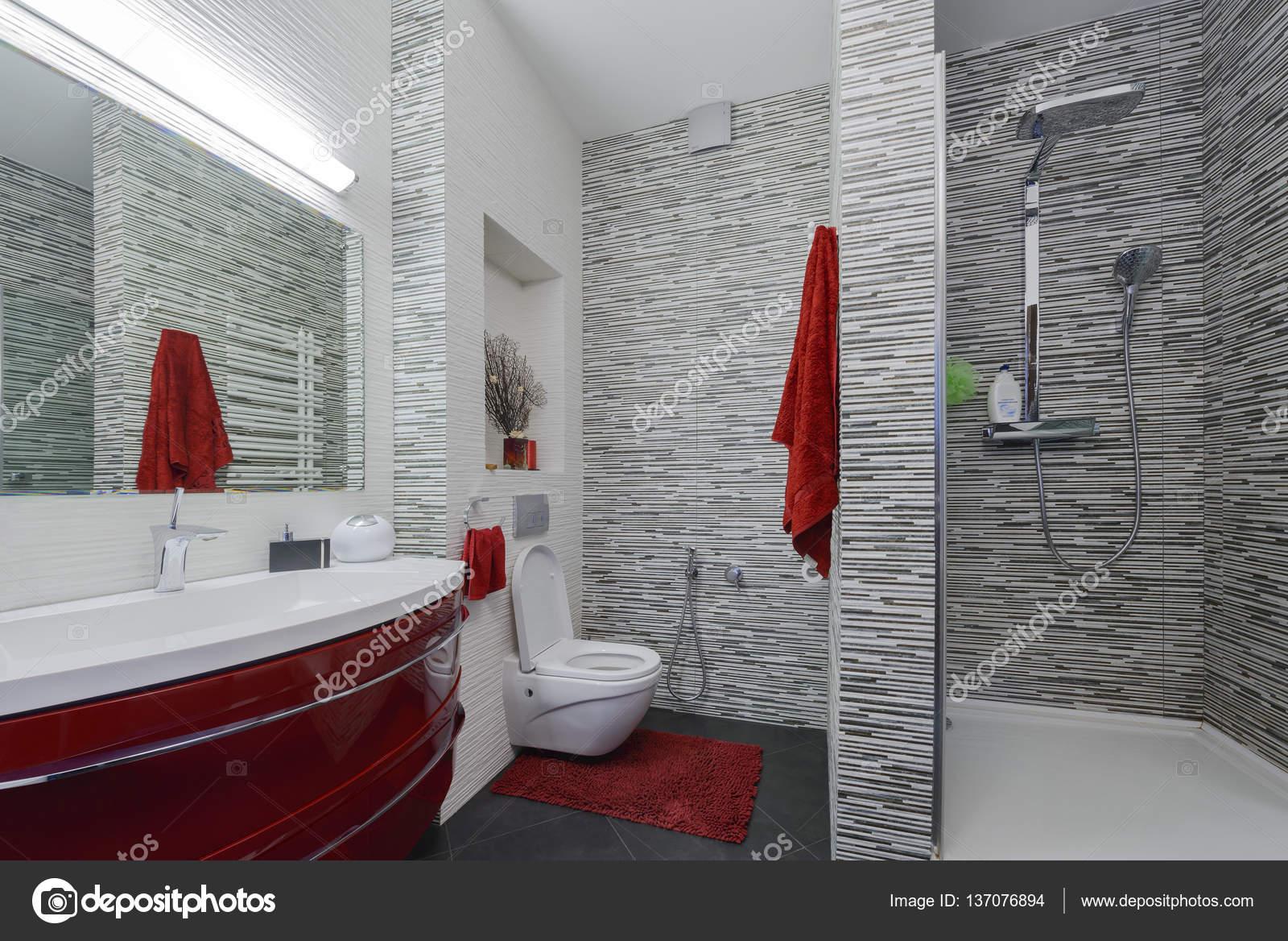 Interieur mooie badkamer in een moderne stijl met grijze en rode ...