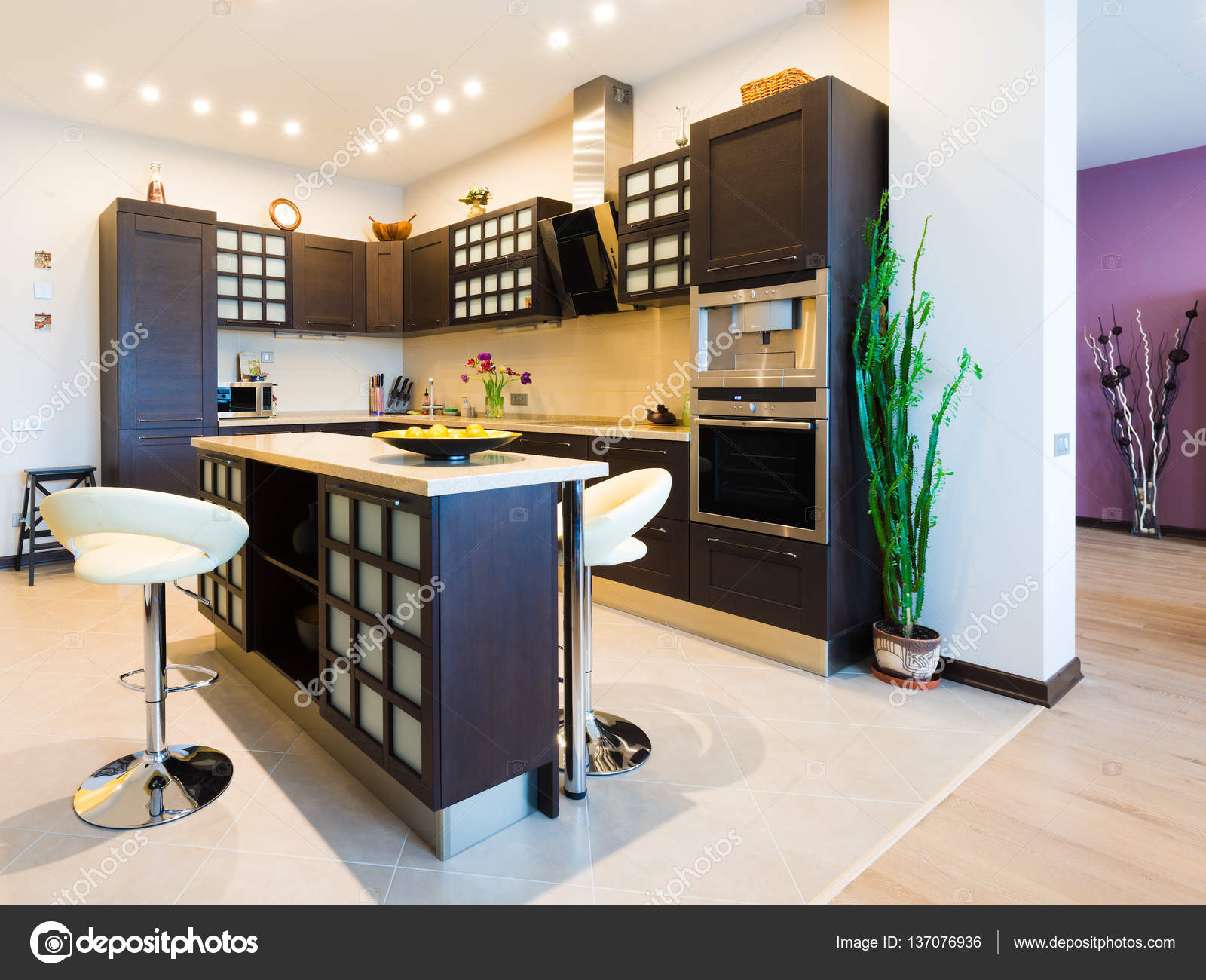 Elegante cucina con sala da pranzo in stile moderno — Foto Stock ...