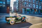 Stilisiert unter den dreißiger Jahren Bonnie und Clyde Auto - in der Hauptstadt von Finnland - Helsinki