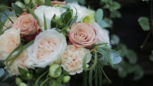 Brautstrauß aus Rosen und Nelken. Braut Strauß am Hochzeitstag ...